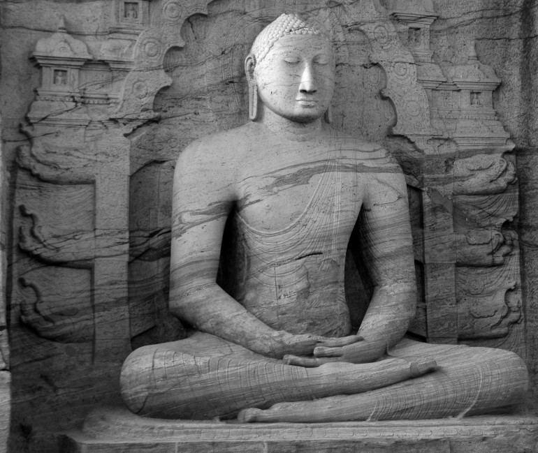 BUDHA FIGUR IN STEIN GESCHLAGEN