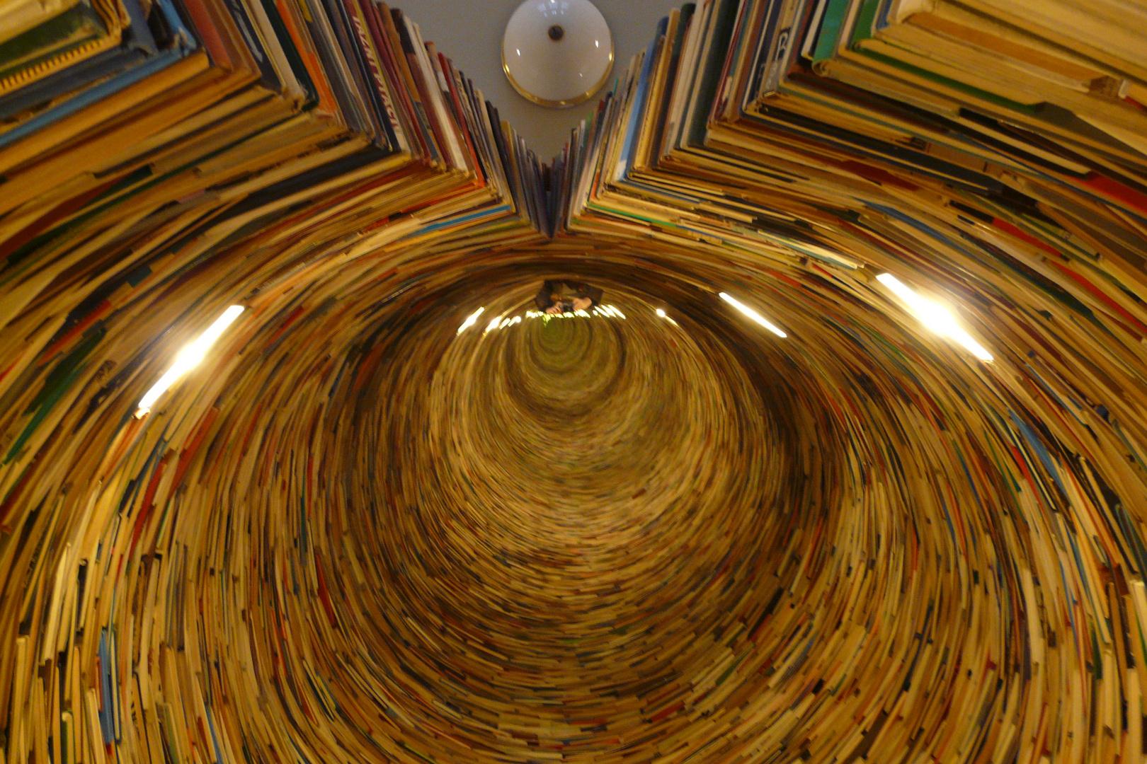 Bücherskulptur Prag Bibliothek