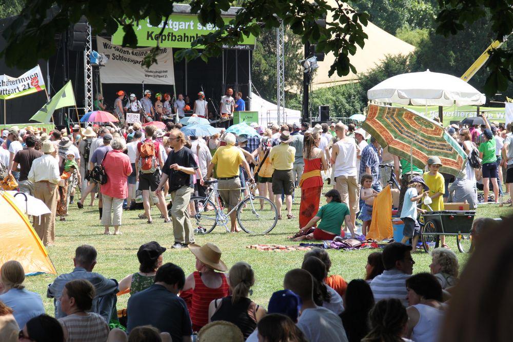 Bühne + Aktivisten K21 Juli2010 Rückblick