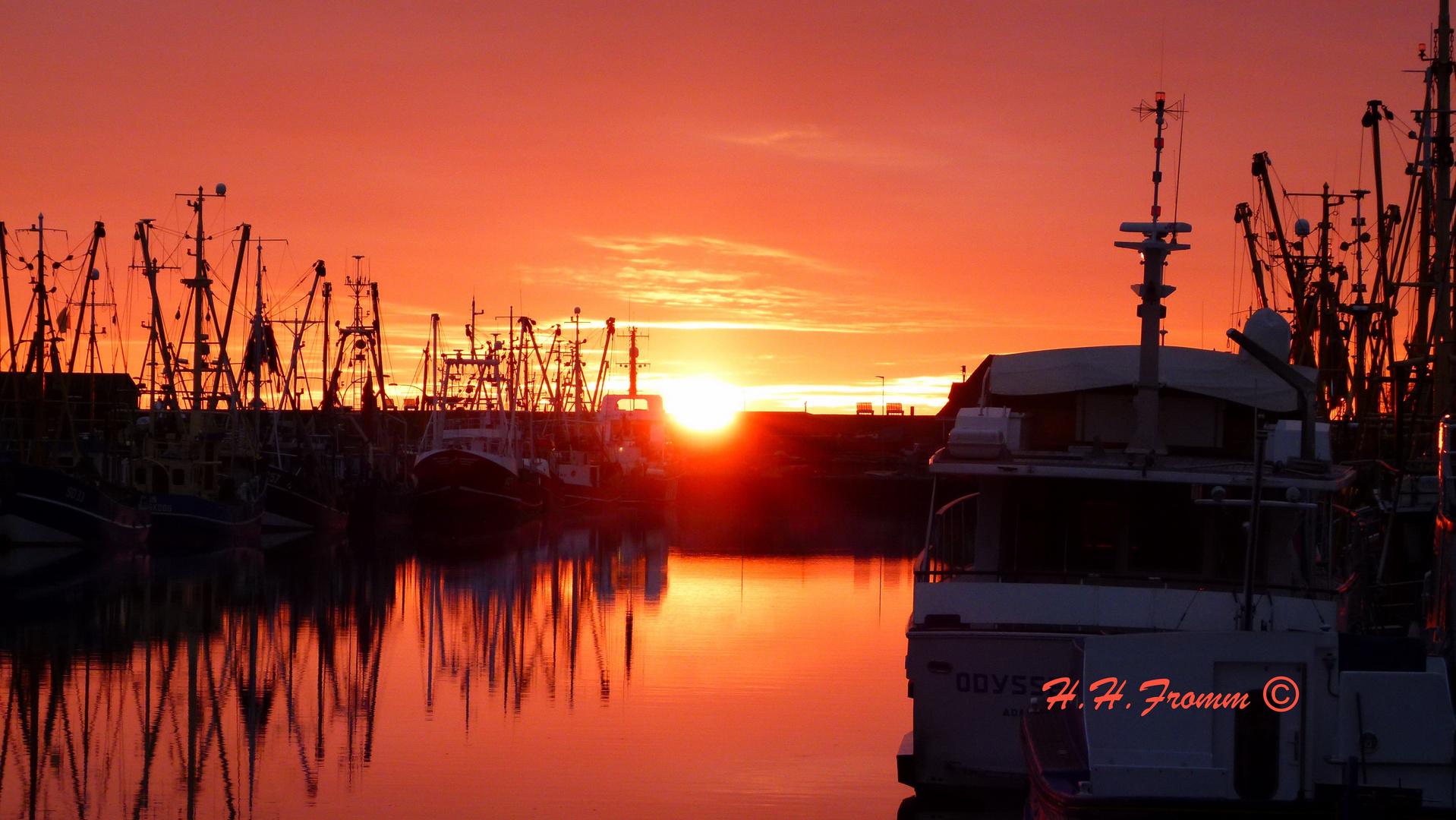 Büsumer Kutter im Sonnenuntergang im Hafen - 29.12.2014 -