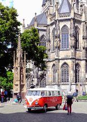 Bulli am Aachener Dom