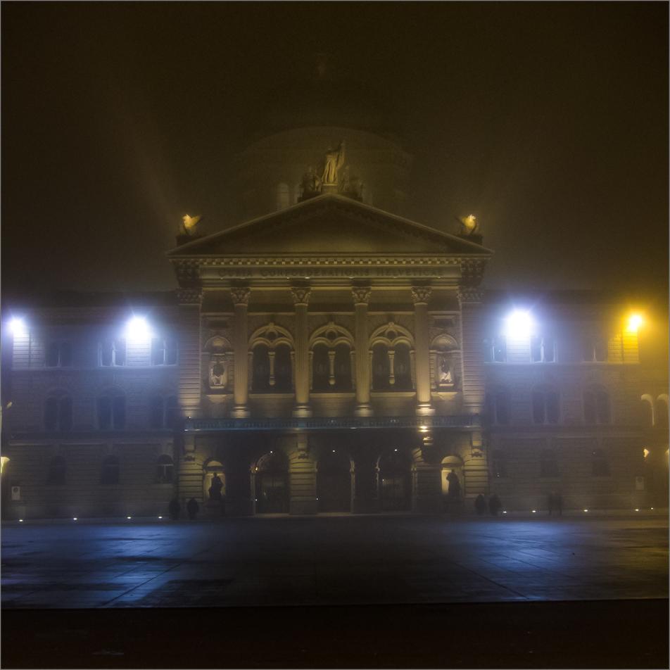 Bundeshaus im Nebel