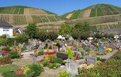 bunt und heiter wirkender Friedhof ...