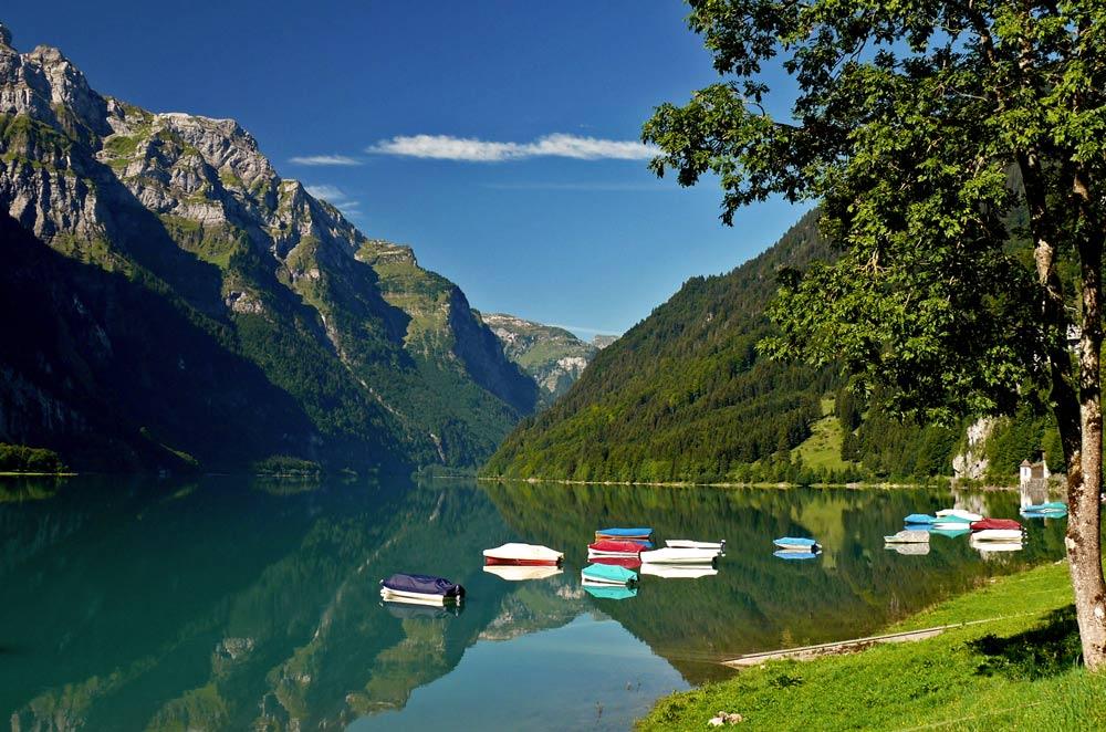 Bunte Boote am Klöntalersee