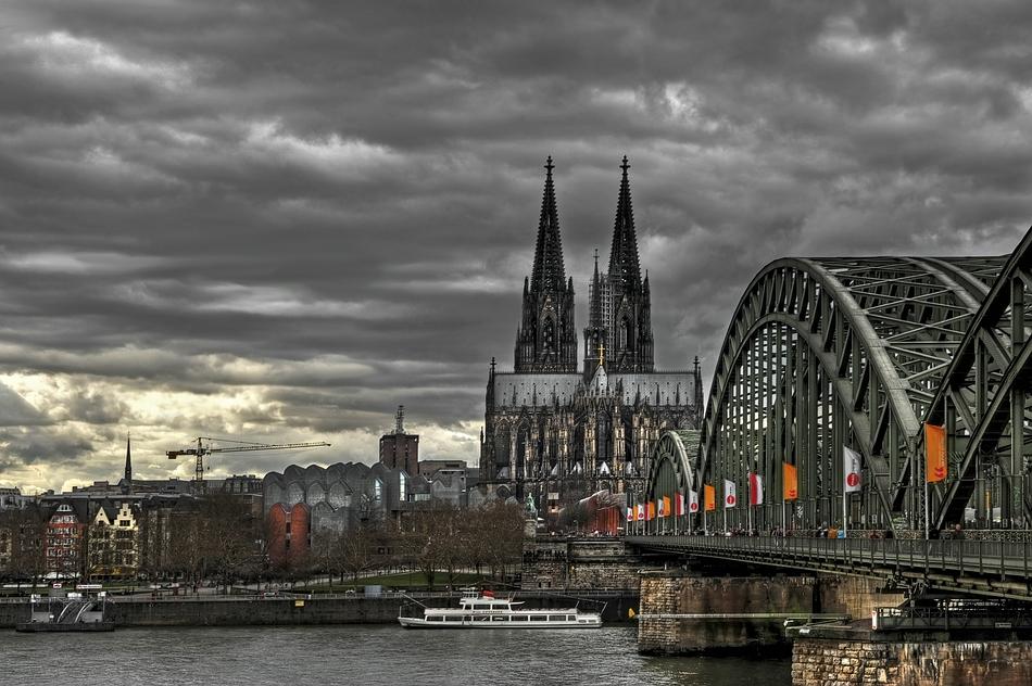 Bunte Fahnen über dem Rhein