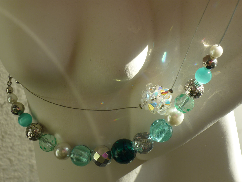 Bunte Perlen auf weißer Haut 2