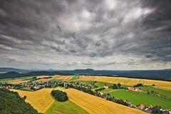 Bunte Sommerlandschaft mit Wolkenstimmung
