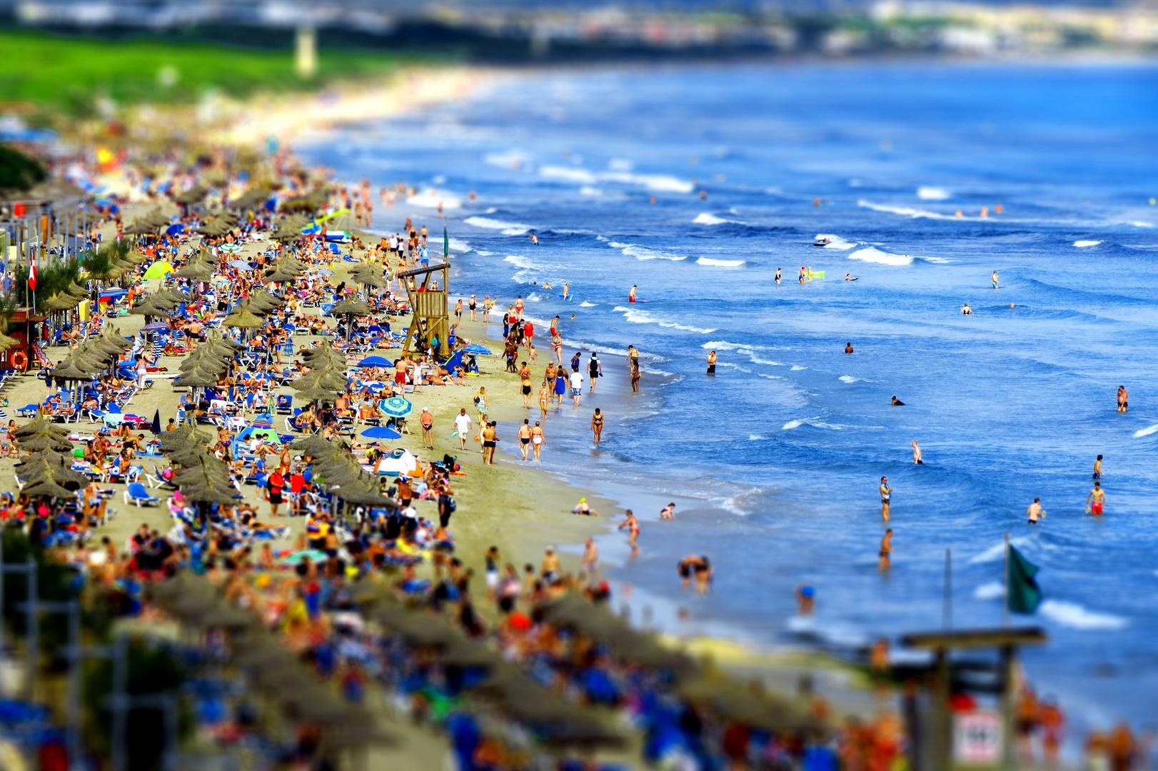 Buntes Treiben am Strand