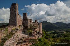 Burg Altdahn vor Wolkenkulisse