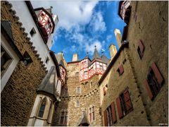 Burg Eltz - Im Hof nach oben geblickt II
