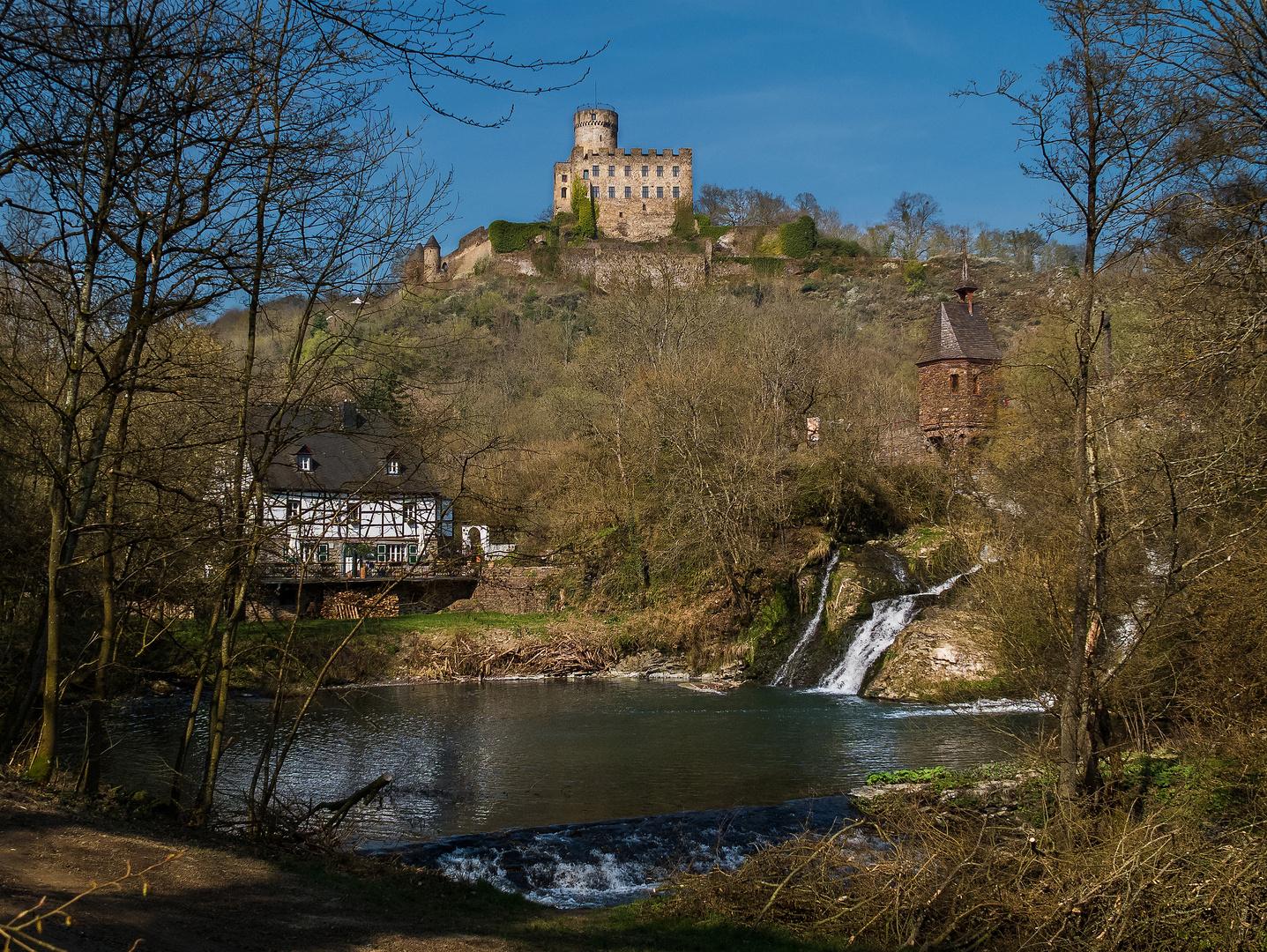 Burg Pyrmont mit Eltzfall und Mühle