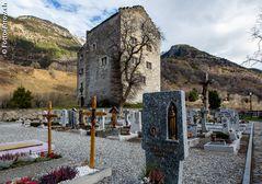 Burg Raron mit Friedhof