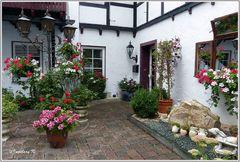 Burg Satzvey - Blumenpracht im Innenhof