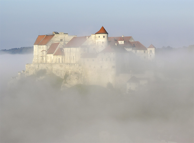 Burghauser Burg im Nebel