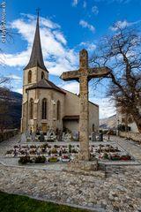 Burgkirche Raron mit Friedhof