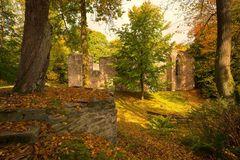 Burgstein mit gotischen Kirchenruinen