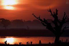 Burmese Red ~ Menschen Am Fluss
