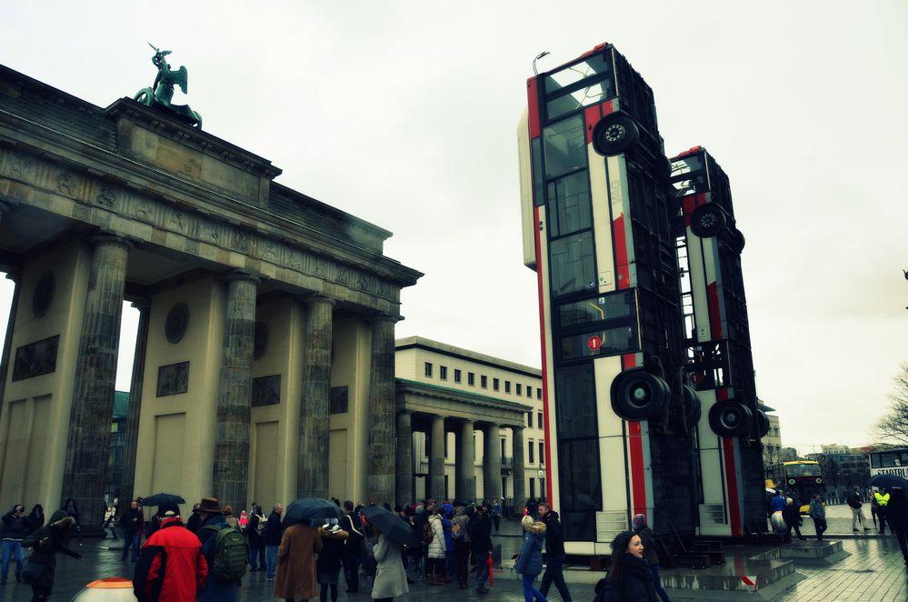 Bus-Installation »Monument« vor dem Brandenburger Tor