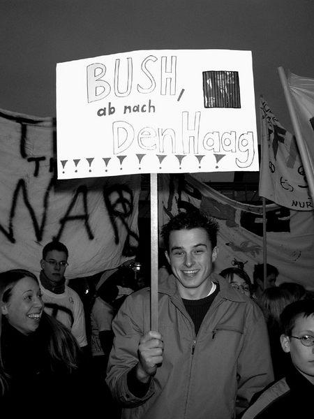 Bush- ab nach Den Haag!