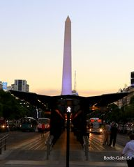 Busspur und Obelisk