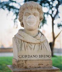 Busto di Giordano Bruno al tempo del Covid-19