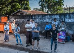C1144_Myanmar - Bago - warten auf den Bus