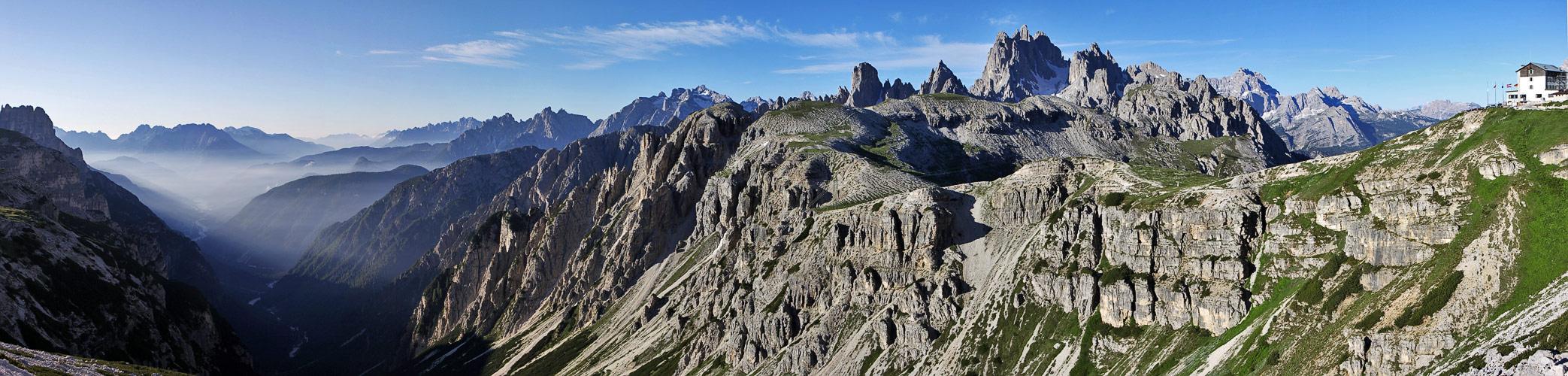 Cadini  und weitere Bergformationen mit Tiefblick vom Rifugio Auronzo aus