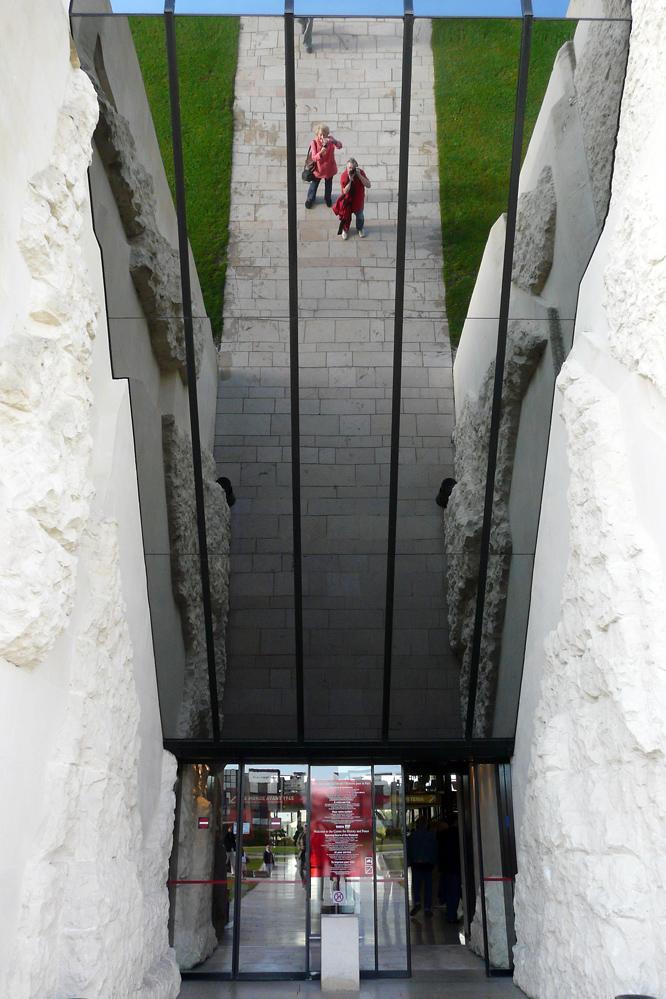 Caen - Eingang zum Mémorial-pour-la-Paix