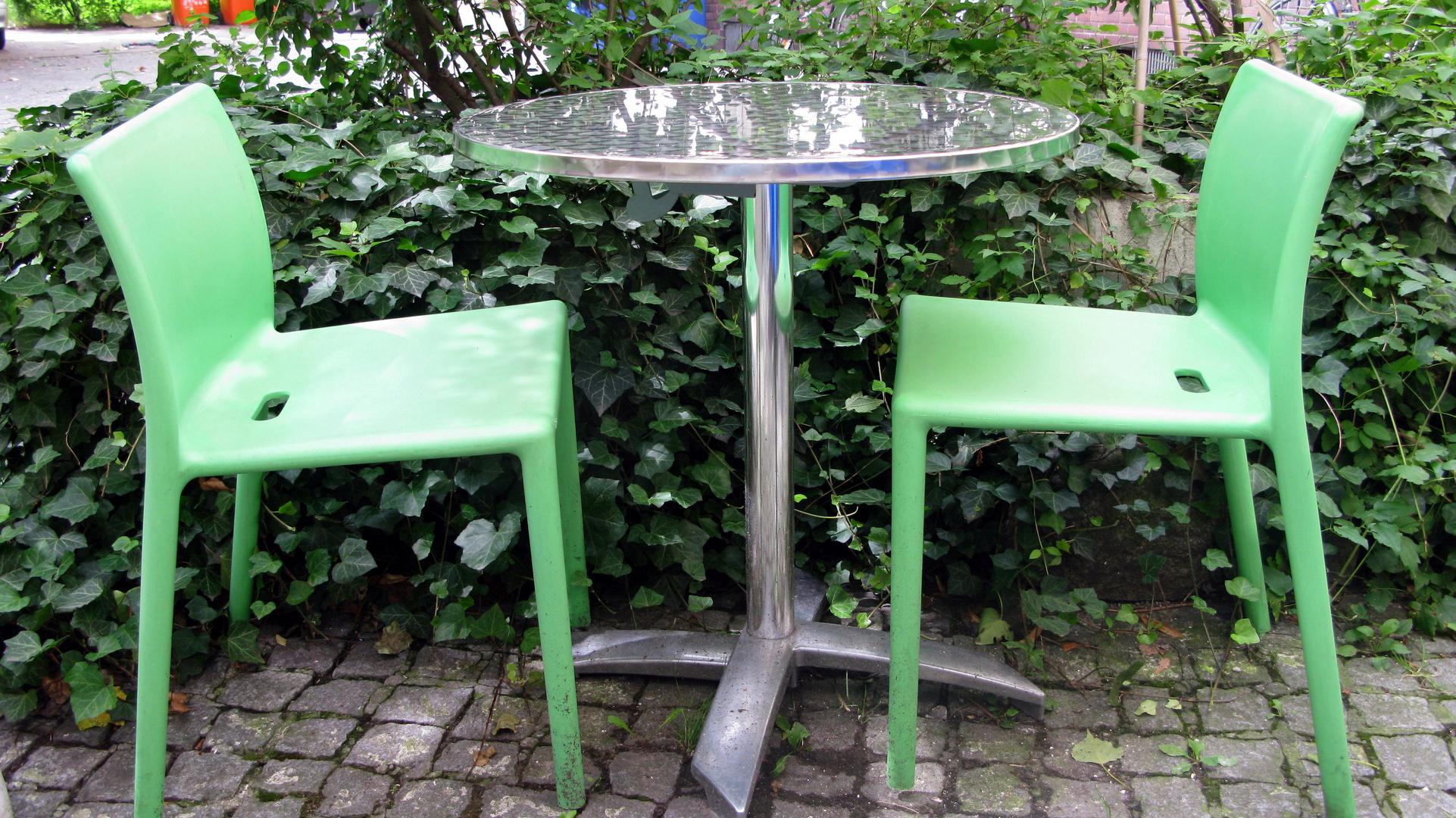 Cafe Im Hinterhof Foto Bild Mobel Sitzmobel Alltagsdesign
