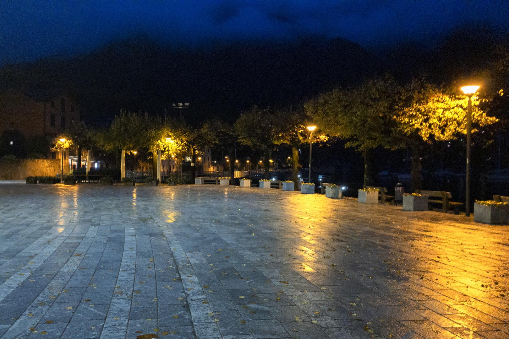 Caldè, Piazza Lago di sera
