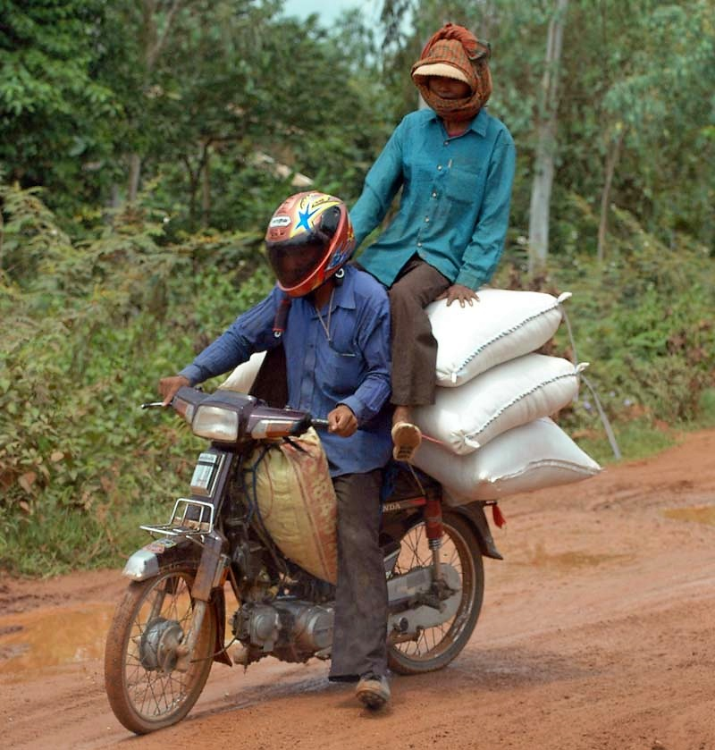 Cambodge 2006 Route de campagne Sacs de riz