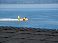 Canadair sul Trasimeno: raccolta dell'acqua