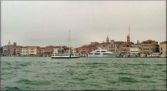 Canale della Giudecca con giorno grigio.