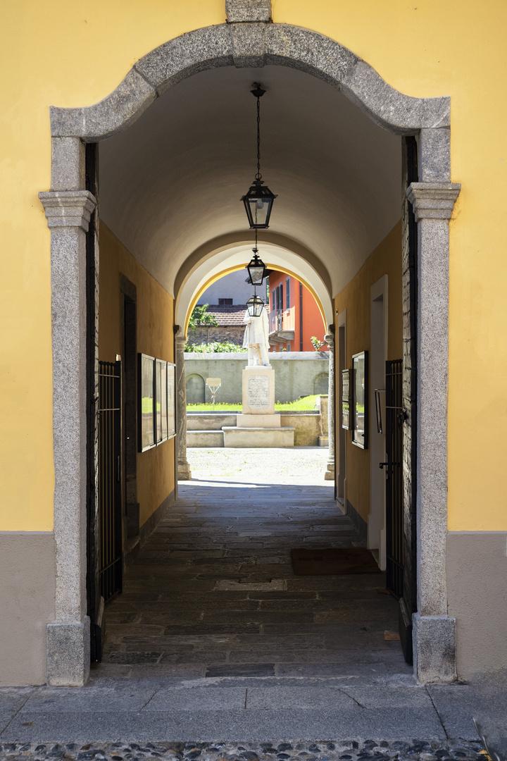 Cannobio, antico portico