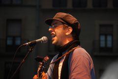 Cantante en la fiesta popular # Sänger am Straßenfest