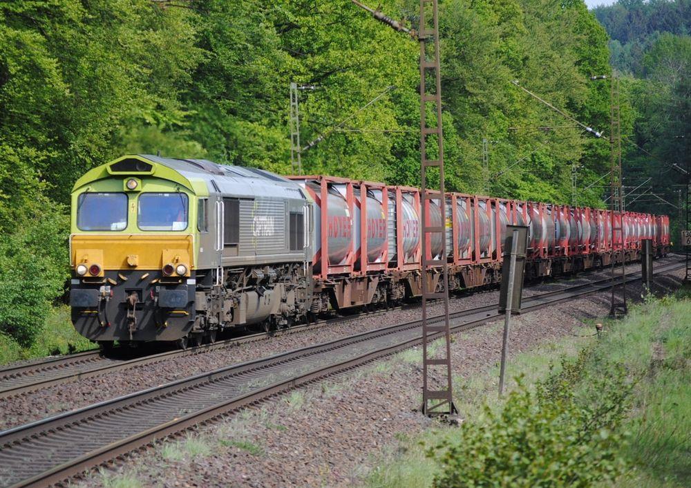 Captrain 6605 (mit gelber Front) mit Hoyer-Containerzug