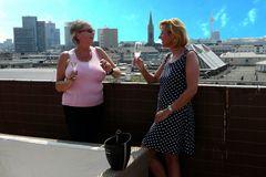 Carina und Romana - über den Dächern von Düsseldorf