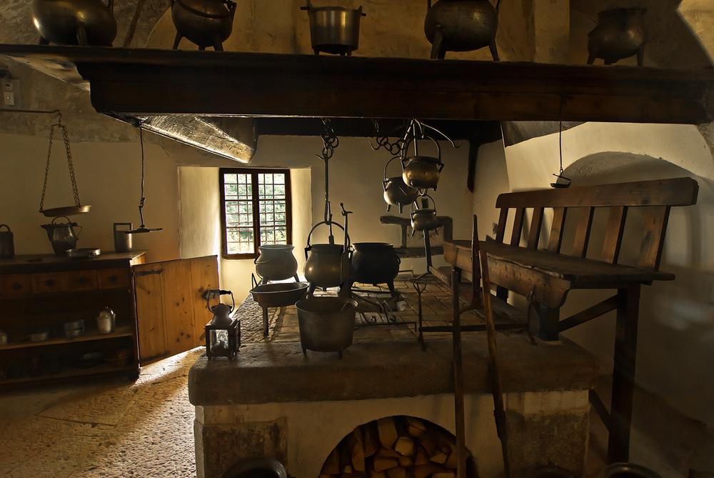 Casltel Thun - La vecchia cucina Foto % Immagini| architetture ...
