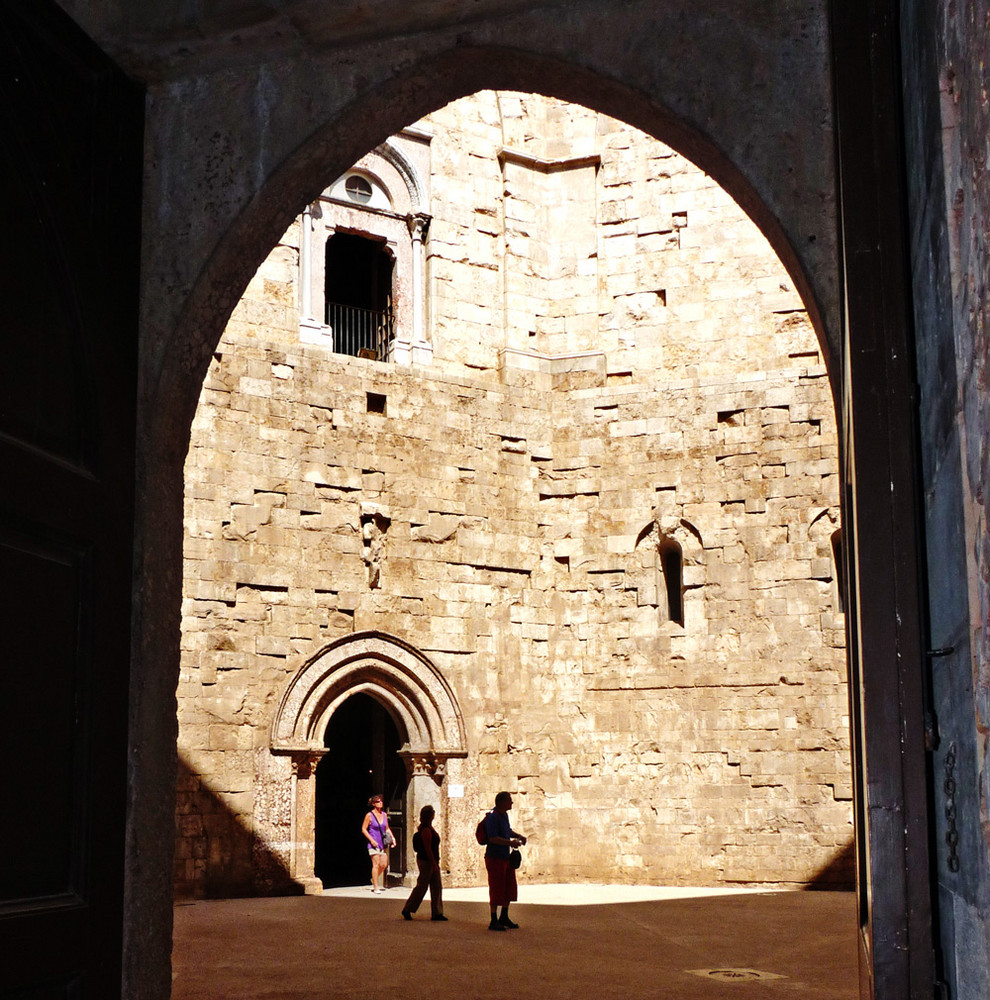 CASTEL DEL MONTE-INNENHOF