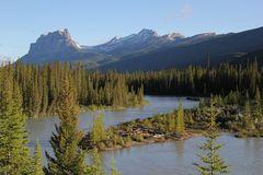 Castle Mountain (2.766 m) ist markantes Wahrzeichen des Bow Valley im Banff National Park