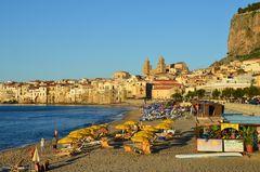 Cefalu mit Strand und Kathedrale