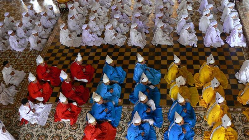 cerimònia en un temple cao dai (vietnam)