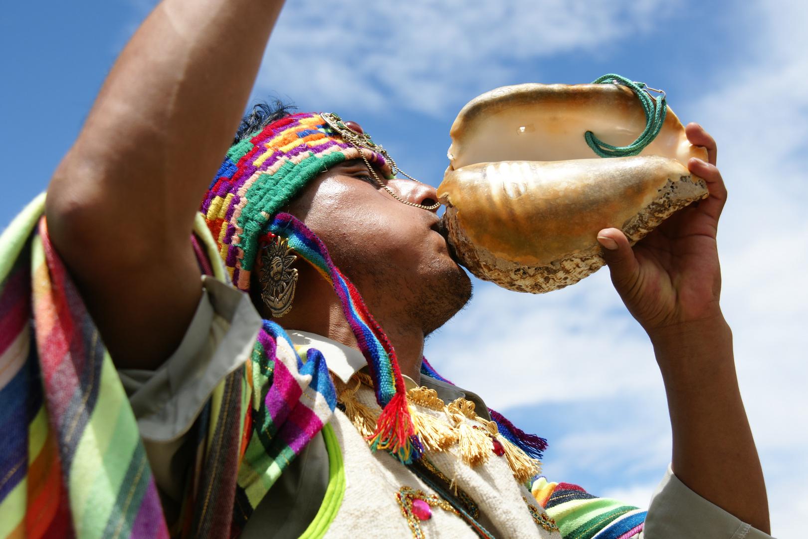 chaman tocando el pututo,como parte de una ceremonia espiritual andin-oancestral