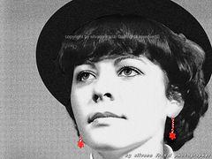 Chapeau noir et Boucles d'oreilles Rouge