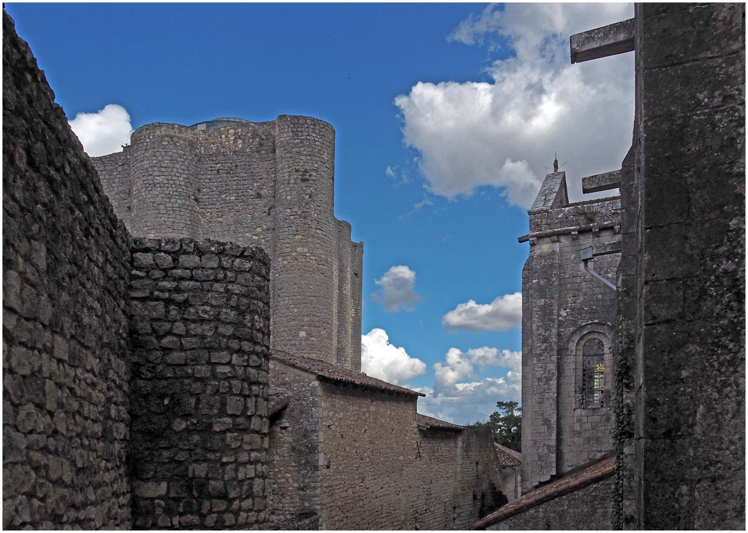 Chauvigny  --  La Collégiale Saint-Pierre et le Donjon de Gouzon