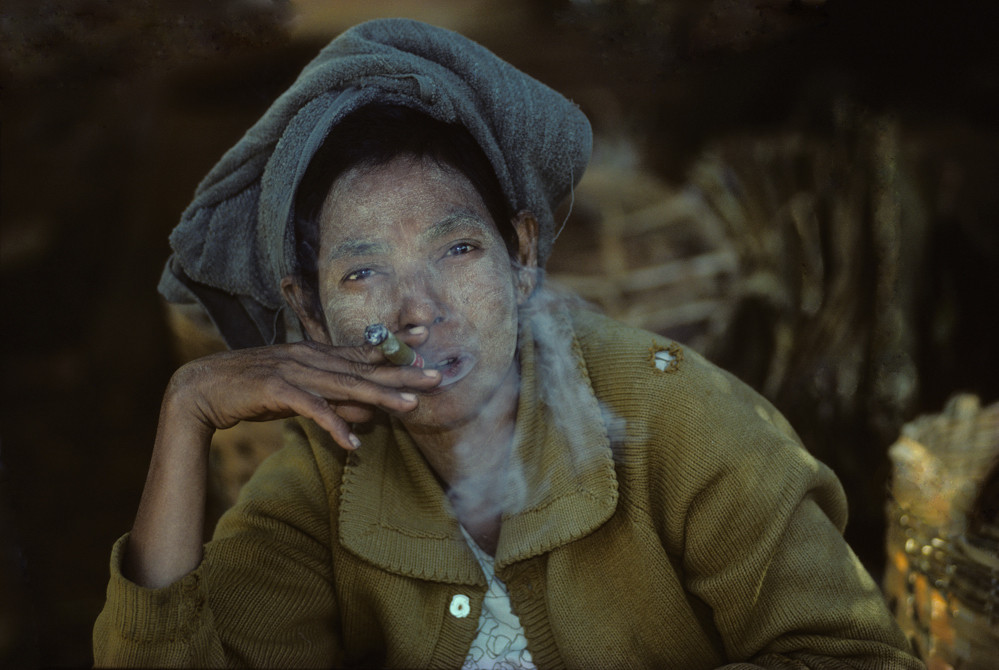 Cheroot rauchende Marktfrau