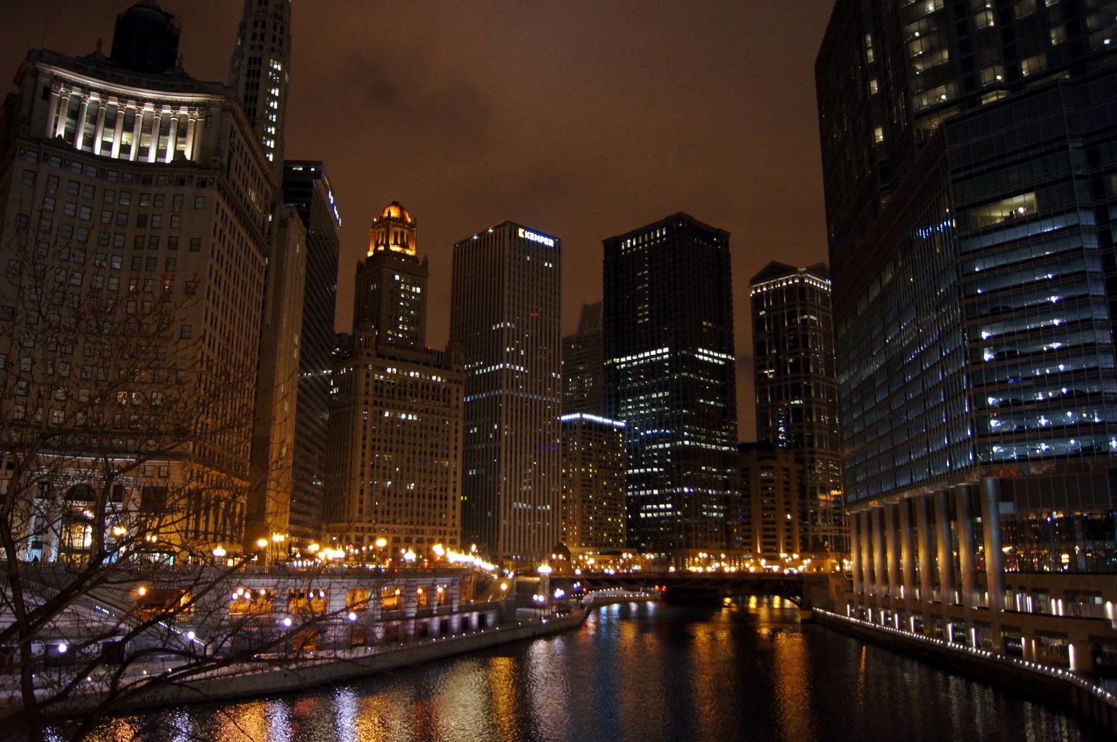 Chicago River bei Nacht vor dem Schneesturm