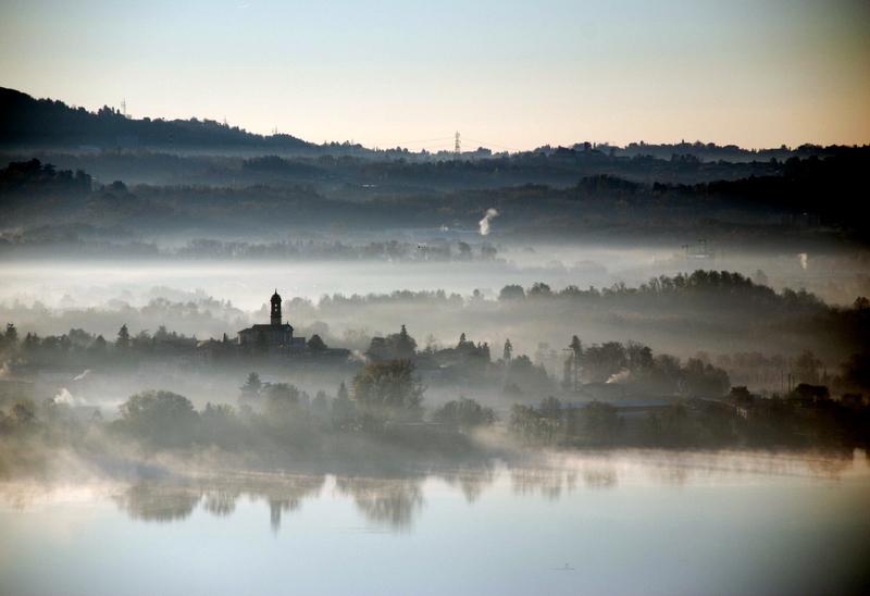 Chiesa nella nebbia mattutina
