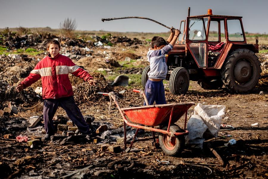 Children on the garbage dump 1