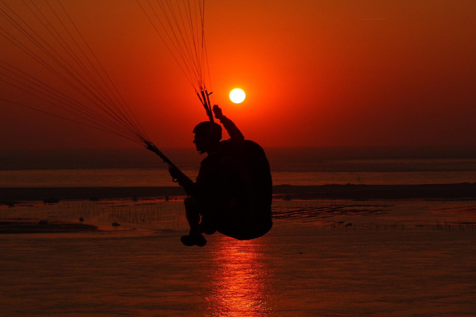 Chillend in den Sonnenuntergang